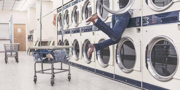 un uomo incastrato in una lavatrice