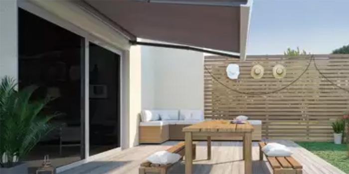 terrazzo tenda esterno tavolo e sedie con cuscini