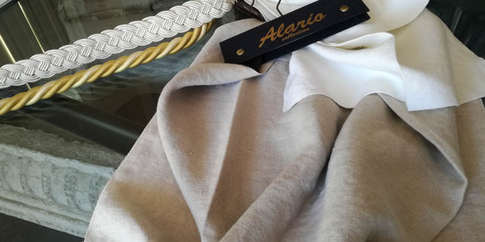 tessuto in lino color corda bianco tortora scritta Alario